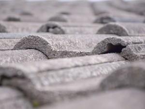 Omdat betonnen dakpannen groter zijn waardoor het dak sneller bedekt is, is de totale prijs vaak lager.©Fotolia