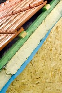 Een hellend dak kunt u aan de binnenkant of de buitenkant isoleren. In de illustratie is het aan de buitenkant. ©Alterfalter - Fotolia