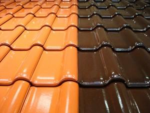 Er zijn verschillende bewerkingen mogelijk voor dakpannen, zoals glazuren, smoren of engoberen.©Fotolia