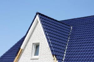 Keramische dakpannen zijn relatief duur omdat de prijs per dakpan vrij hoog is.©ogressie - Fotolia