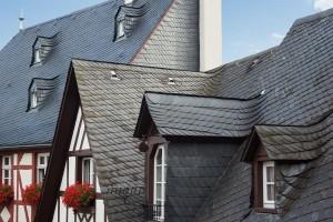 Voor het leggen van een leien dakbedekking heeft u een vakman nodig.© Rulan - Fotolia