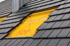 Naarmate de hellingsgraad van uw dak groter wordt, is het beter om een kleiner raam (in de lengte) te nemen.©Harald Richter - Fotolia